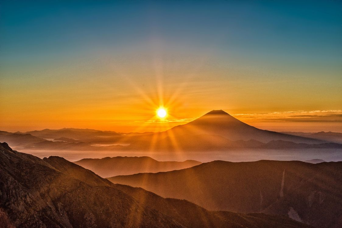 был красивые картинки солнца в горах монохромной