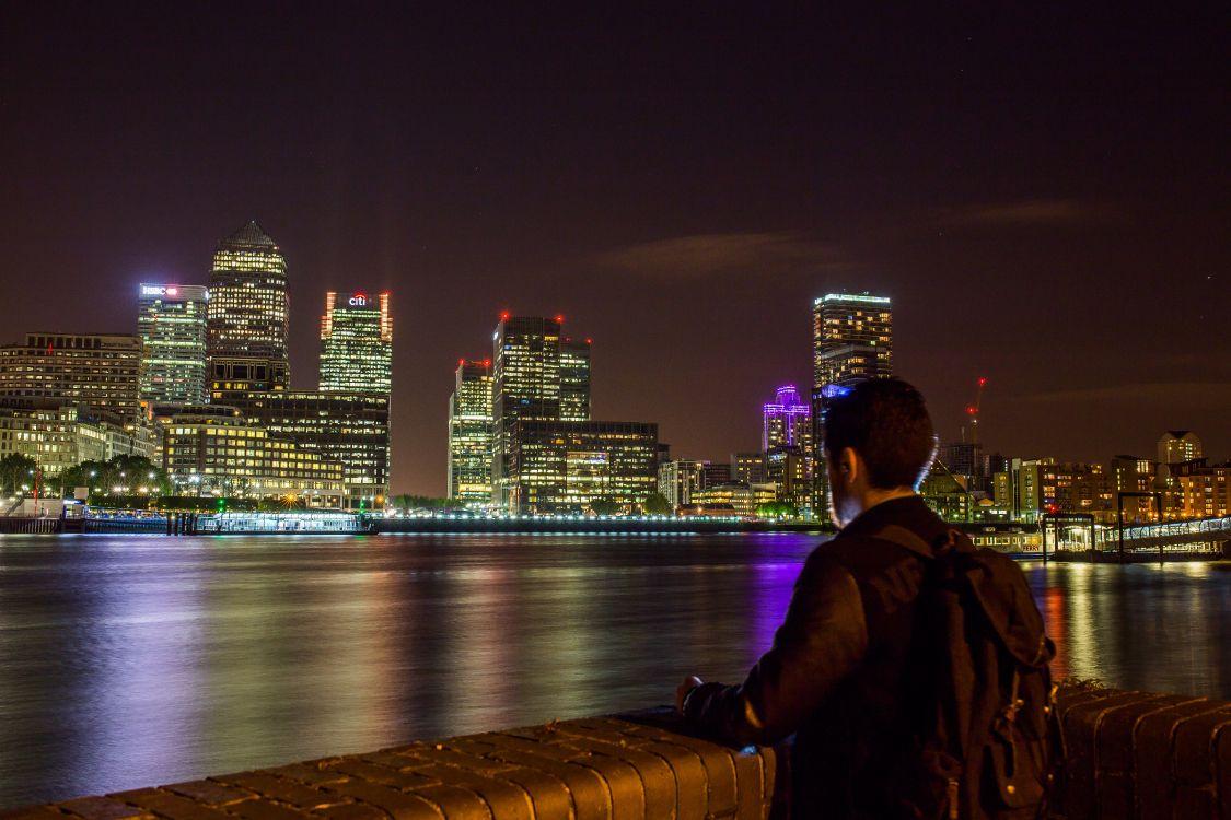 Парень смотрит на город картинки